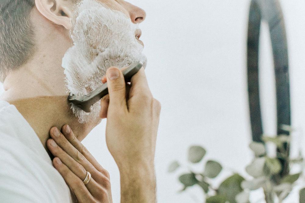 電動シェーバーとT字髭剃りってどっちがいいの?