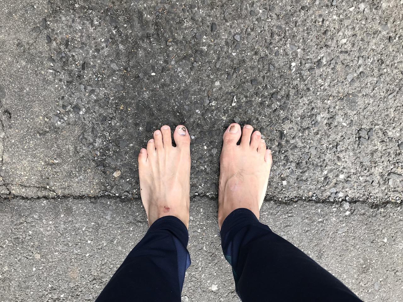 裸足で出社 スニーカー